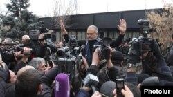Прихильники Раффі Ованнісяна пікетують президентську адміністрацію в той час, як він зустрічався з Сержем Сарґсяном