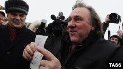 Ժերար Դեպարդյեն ցույց է տալիս Ռուսաստանի քաղաքացու իր անձնագիրը, Սարանսկ, 6-ը հունվարի, 2013թ․