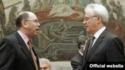 آلخاندرو ولف(چپ) نماینده موقت آمریکا در شورای امنیت در حال مذاکره با ویتالی چورکین، نماینده دایم روسیه در شورای امنیت سازمان ملل.