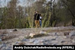 Молода пара гуляє берегом Дніпра