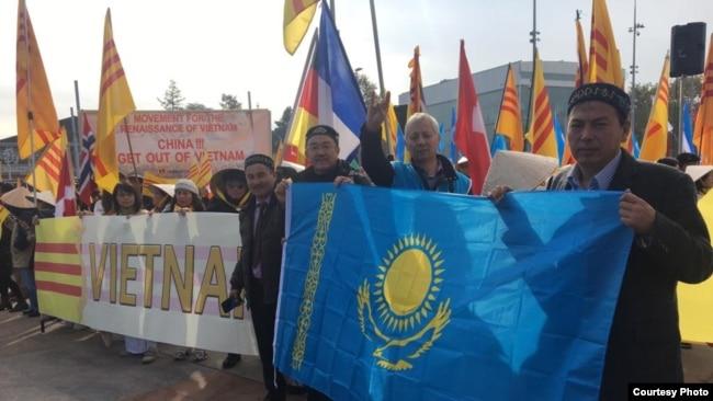 Акция протеста у здания ООН в Женеве против притеснений в китайском регионе Синьцзян. 6 ноября 2018 года.