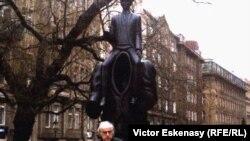 Norman Manea în fața monumentului lui Kafka, la Praga