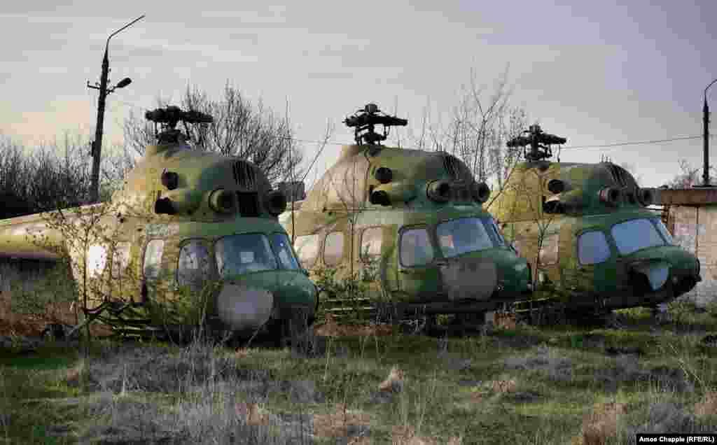... и несколько вертолетов «Ми-2» – все они остались без защиты перед непогодой