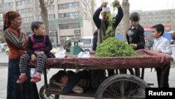 Илустрација: Етнички Ујгури продаваат зеленчук во Кина.