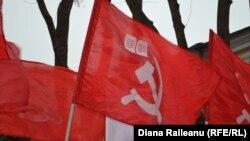 В емблемі молдовських комуністів – радянські серп і молот, тільки п'ятикутну зірочку замінили на книжку