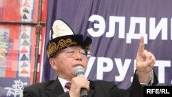 Сүрөттө: Топчубек Тургуналиев Элдик курултайда сөз сүйлөп жатат. 17-март, 2010-жыл