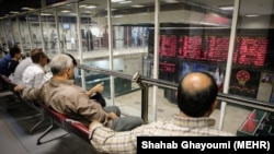 Traders in Tehran monitor the stock market at the stock exchange in the capital Tehran, August2018