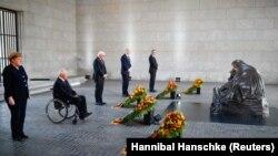 Высокоставленные официальные лица Германии на церемонии у мемориала жертвам войн и тирании Нойе Вахе. 8 мая 2020 года.