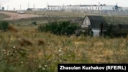 На крыше этого барака бунтовщики вывесили простыню со своими требованиями. Гранитный, Акмолинская область, 12 августа 2010 года.