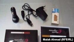Упаковка от электронных сигарет, включая сменный картридж и зарядное устройство.