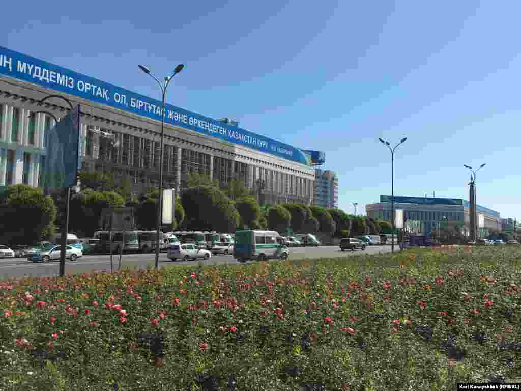 Алматыдағы Республика алаңында тұрған полиция көліктері.