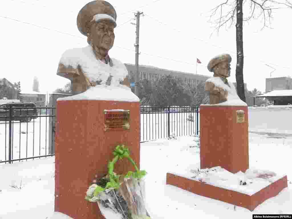 Авиация тармагында эмгек сиңирген Кубанычбек Козубековдун айкели да Таластын Бакай-Ата районунда орнотулду.