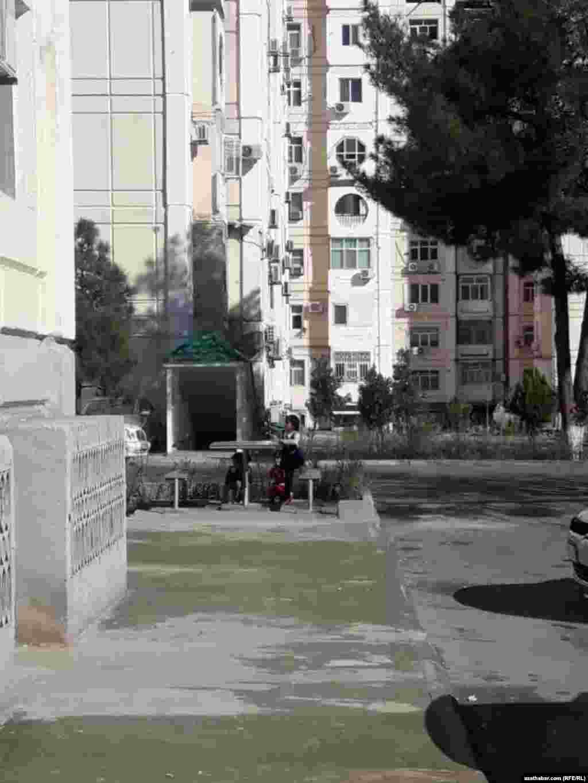 Во дворе ашхабадской многоэтажки