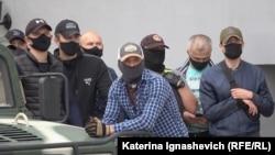 Сотрудники силовых структур наблюдают за демонстрацией в Минске