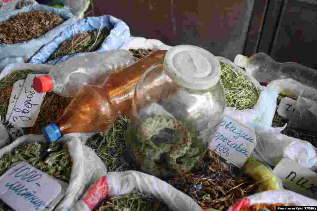 Здесь можно встретить и такой товар. Песчаная змея считается народным лекарством от многих недугов.