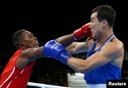Қазақстандық боксшы Әділбек Ниязымбетов (81 килограмм, оң жақта) пен оның кубалық қарсыласы Хулио Сесар ла Крус. Рио, 18 тамыз 2016 жыл.
