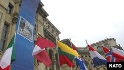 Флаги стран-членов НАТО перед Парламентским дворцом в Бухаресте, 2 апреля 2008