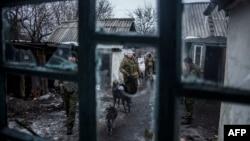 Пророссийские боевики на патруле на блок-посту у города Дебальцево Донецкой области. 28 января 2015 года.