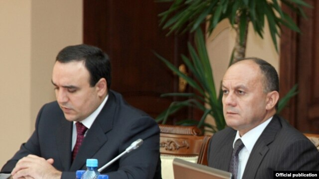 Armenian Defense Minister Seyran Ohanian (right) with National Security Council Secretary Artur Baghdasarian at a meeting of a government commission on defense on August 10.
