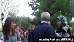 """Azerbaýjanyň bilim ministri Misir Mardanow """"Gyzlar täze mekdep geýminiň düzgünlerine boýun bolmalydyrlar"""" diýip, dilden görkezme beripdir."""