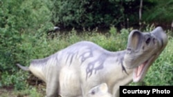 Реконструкция карликовых динозавров в динопарке города Мюнхехагена.