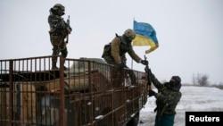 Украинские военнослужащие занимают позиции рядом с Дебальцево 16 февраля 2015 года
