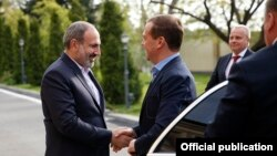 Armenia -- Prime Minister Nikol Pashinian (L) greets his Russian counterpart Dmitry Medvedev in his private residence in Yerevan, April 29, 2019.