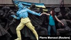 Одна из фигур скульптурной композиции советских времен в Софии раскрашена неизвестными в цвета украинского флага