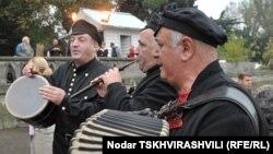 Грузинский коллектив народной песни гастролирует в городах Северной Осетии по приглашению владикавказских коллег. За неполный год это уже третий творческий коллектив из Грузии, выступающий на осетинской земле