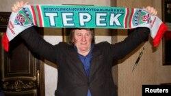 """Депардье в Грозном с баннером футбольного клуба """"Терек"""", 25 февраля 2013 года"""