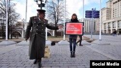 Участница пикета против вывода денег из России в офшорные зоны. Москва, 4 апреля 2016 года.
