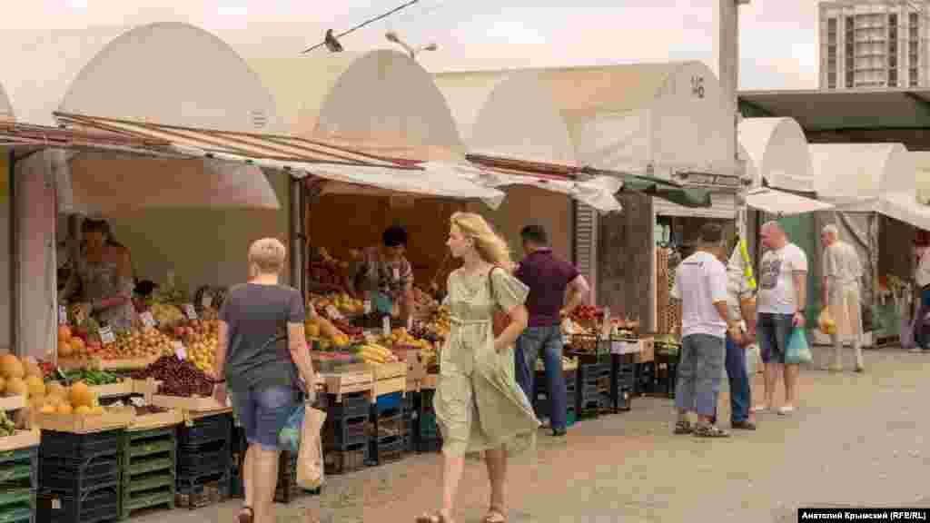В торговых рядах около главного входа на «Крымский Привоз»