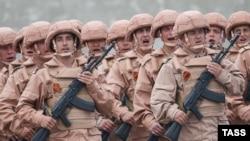 Российские военные маршируют во время парада накануне Дня Победы на авиабазе Хмеймим в сирийской провинции Латакия. 5 мая 2016 года.