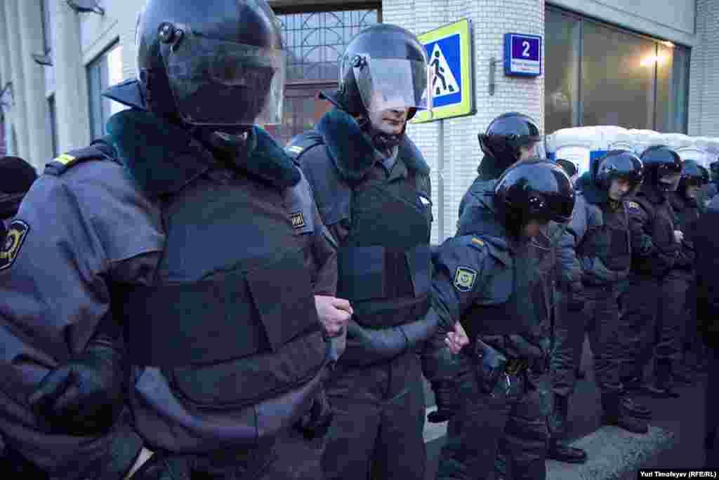 Полиция но подступах к заднию ЦИК РФ.