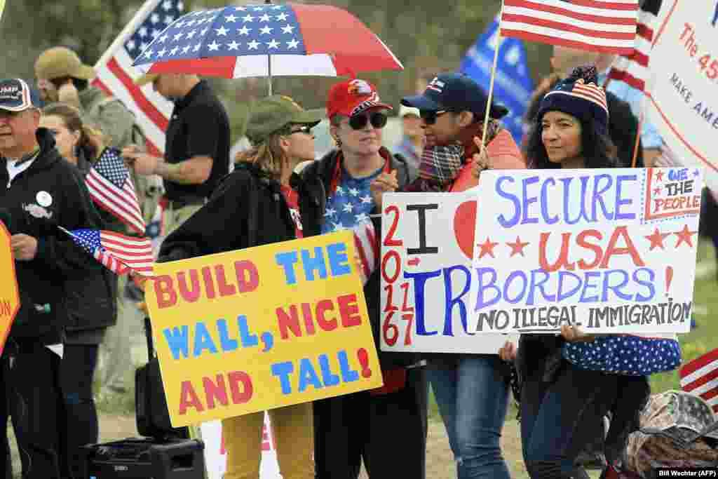 هواداران هر دو حزب عمده، و طبیعتا هواداران ترامپ و مخالفان او نیز در هفتههای اخیر در گوشهوکنار آمریکا جمع شدند. در این تصویر هواداران سیاستهای رئیسجمهوری آمریکا با شعارهایی در مورد افزایش حفاظت در مرزها و ساخت دیوار برای جلوگیری از ورود مهاجران غیرقانونی.