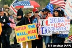 Митинг сторонников строительства стены на границе с Мексикой в Калифорнии