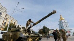 Українські вояки готують танк Т-84  «Оплот» для виставки військової техніки на Михайлівській площі в Києві