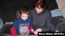 Женщина с ребенком проводит развивающее занятие. Иллюстративное фото.
