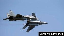 Dy avionët rusë të tipi MiG-29 të blerë nga Serbia, fluturojnë mbi aeroportin ushtarak në Beograd.