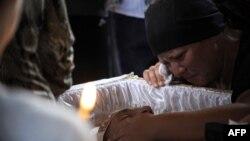 Продолжаются похороны погибших при затоплении людей. На фото: прощание с одним из погибших - 35-летним Петром Остапенко