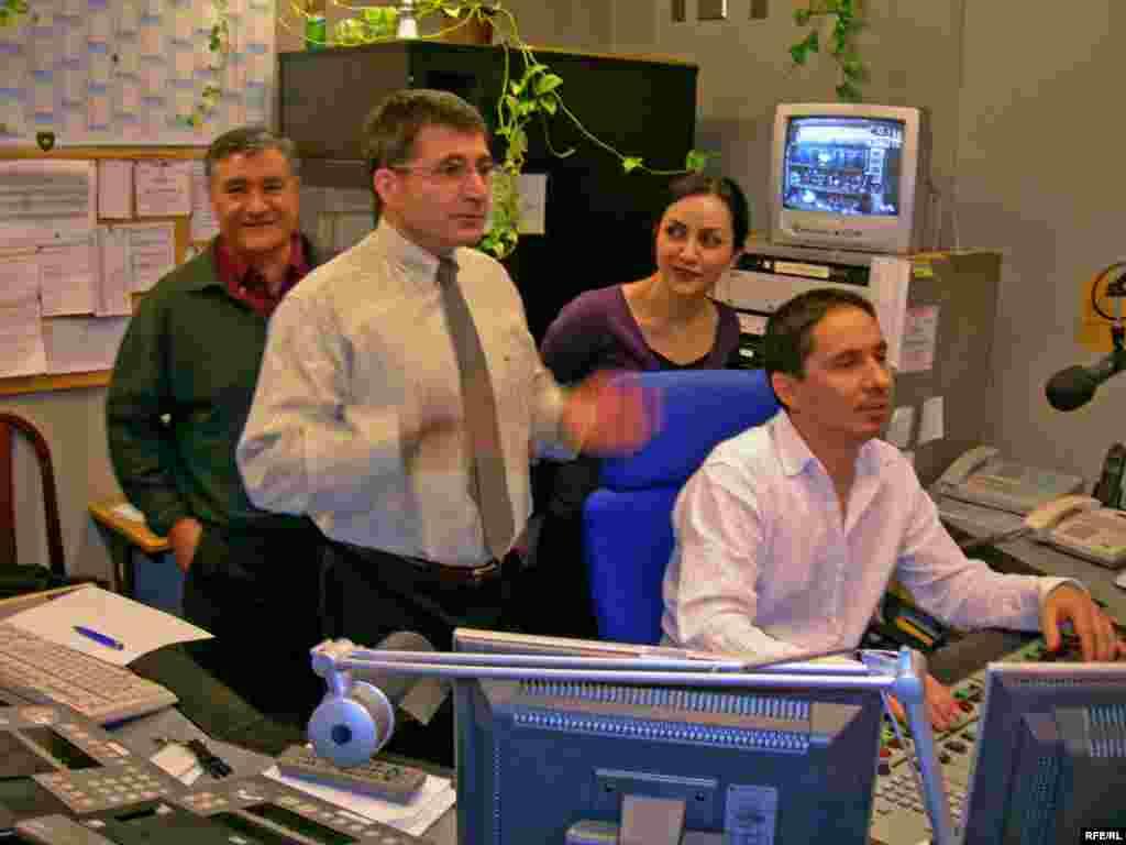 ميرويس، حميد فاظمی، سعيده هاشمی و جواد کوروشی(فريدون زرنگار) در اتاق فرمان مشغول تشويق مجريانی هستند که البته ما نمی بينيمشان