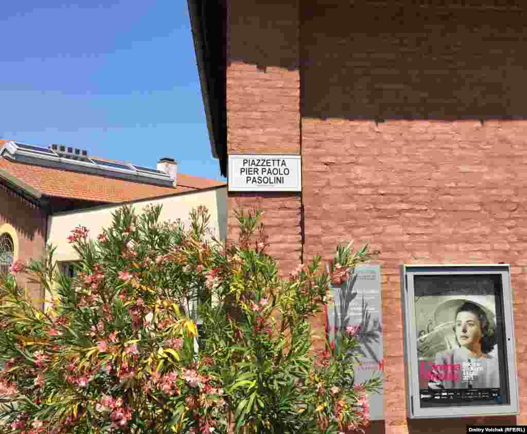 Маленькая площадь, на которой находится синематека, носит имя Пьера Паоло Пазолини. По вечерам здесь показывают немые фильмы, используя старинный угольный проектор