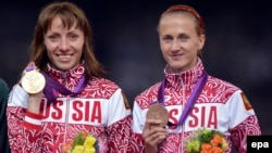 Լոնդոնի Օլիմպիական խաղերի չեմպիոն և բրոնզե մեդալակիր՝ ռուսաստանցի մարզուհիներ Մարիա Սավինովա (ձախից) և Եկատերինա Պոիստոգովա, 11-ը օգոստոսի, 2012թ․