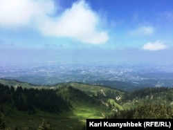 Вид на город Алматы по пути на плато Кок-Жайляу. Фото сделано в июле 2018 года.