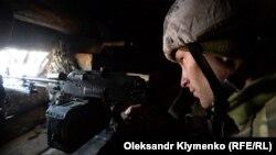Украинский военнослужащий на линии фронта у села Золотое, 14 февраля 2020 года