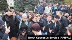 Митинговать вышло около 200 человек