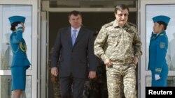 Адильбек Джаксыбеков в бытность министром обороны с российским коллегой Анатолием Сердюковым на полигоне в Жамбылской области, где проходят учения «Мирная миссия». Сентябрь 2010 года.
