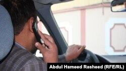 Мужчина разговаривает по телефону. Иллюстративное фото.