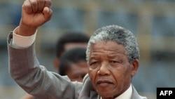 Нельсон Мандела на митинге, проходившем через несколько дней после его освобождения из тюрьмы. Блумфонтейн, 25 февраля 1990 года.