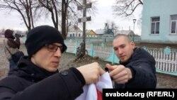 У Грозава прыехалі і маладафронтаўцы. Разгарнулі сьцягі